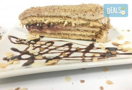 Сладко изкушение от сладкарница Дао - френска селска торта с 14 парчета и възможност за поставяне на пожелание или надпис! - Снимка 3
