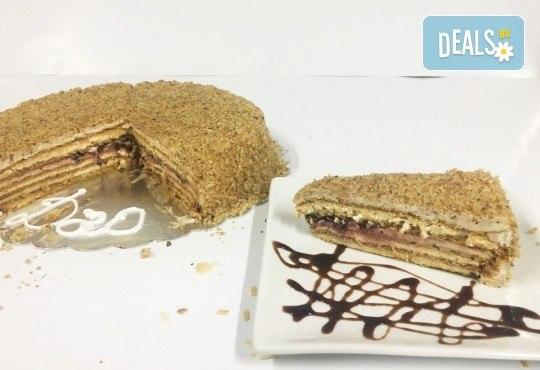Сладко изкушение от сладкарница Дао - френска селска торта с 14 парчета и възможност за поставяне на пожелание или надпис! - Снимка 1