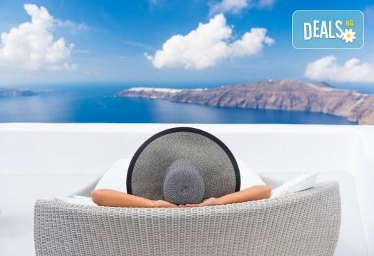 Лятна почивка на о. Санторини: 6 нощувки и закуски в хотел 3*, транспорт и водач