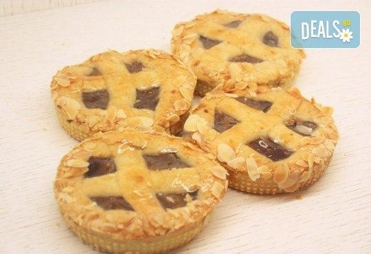 Хрупкав, ароматен ябълков мини пай, в красива кутия, от майстор сладкарите на сладкарница Сладост ! - Снимка 1