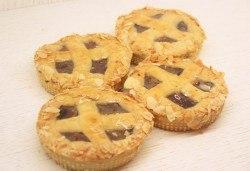 Хрупкав, ароматен ябълков мини пай, в красива кутия, от майстор сладкарите на сладкарница Сладост ! - Снимка