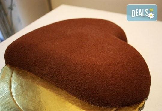 Торта във формата на сърце с бишкотен блат и крем по оригинална италианска рецепта от Сладкарница Сладост! - Снимка 1