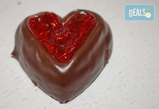 В знак на обич! Изненадайте любим човек с 2 или 4 сърца от белгийски шоколад с желе от малини и опаковани в красива кутийка от сладкарница Сладост! - Снимка 1