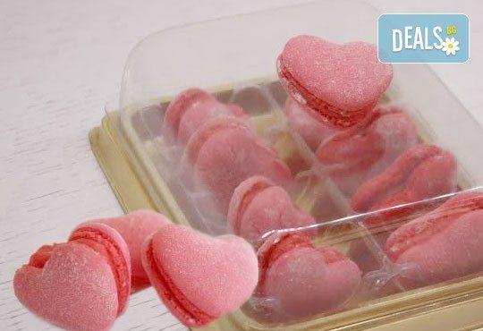 Сладък подарък за всеки повод! 2 или 8 френски макарона с форма на сърце в луксозна кутийка от сладкарница Сладост! - Снимка 1