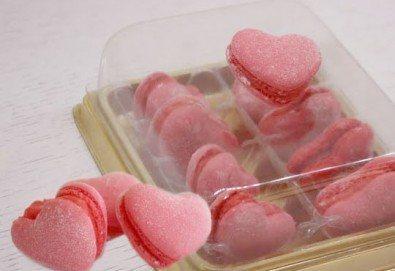 Сладък подарък за Свети Валентин! 2 или 8 френски макарона с форма на сърце в луксозна кутийка от сладкарница Сладост! - Снимка