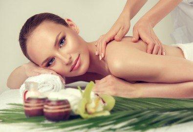 120-минутна релаксираща терапия за лице и тяло! Масаж и пилинг на гръб с кокосови стърготини, почистване на лице, диамантено микродермабразио и масаж на лице в GreenHealth! - Снимка
