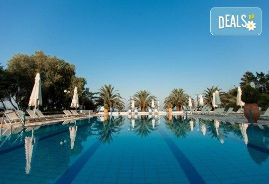 Лятна почивка в Гърция, 5 нощувки, закуски и вечери в Kassandra Мare Hotel 3*, Неа Потидеа, Халкидики, от Теско Груп! - Снимка 1