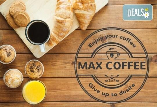 За страхотно начало на деня! Чаша ароматно кафе, фреш от портокал и френски кроасан с масло в MaxCoffee - Кафе & Пекарна! - Снимка 1
