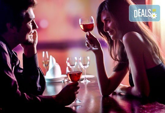 Романтика! Куверт за Свети Валентин със салата, основно ястие и чаша червено вино в ресторант Бадемова къща, Панчарево! - Снимка 1