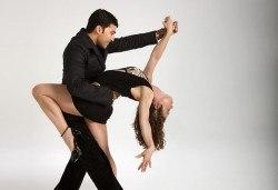 Раздвижете се и се забавлявайте! 5 посещения на тренировки по аеробика, пилатес, бачата или регетон в зала Dance It! - Снимка