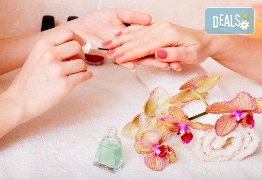 Маникюр с гел лак и две декорации! Богат каталог цветове Gel.it и Pro Gel в Салон за красота Blush Beauty до Mall of Sofia - Снимка 2
