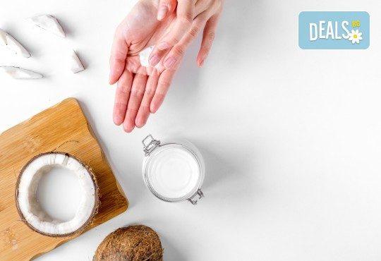 150 мин. SPA програма за двама! Ароматен пилинг с натурални кокосови стърготини, масаж на цяло тяло с кокосово масло, Hot Stone терапия, кокосово обвиване и масаж на лице с кокосово масло в център GreenHealth - Снимка 3