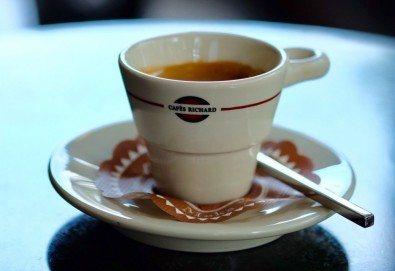 Започнете деня с чаша кафе Cafes Richard Maragogype или чай Cuida Te + екзотичен кокосов трюфел или лешников бонбон от бутик KafeMania! - Снимка