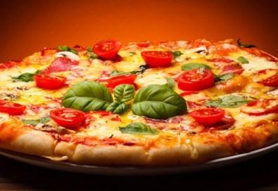 Обяд или вечеря в Ресторанти Златна круша! Две големи тънки пици или три малки тънки пици