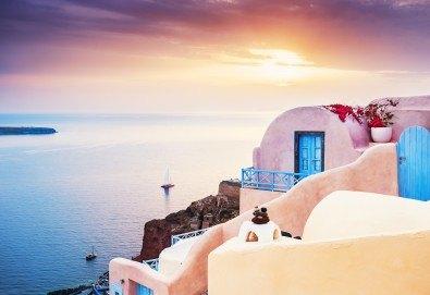Ранни записвания за Великден на романтичния остров Санторини! 4 нощувки със закуски, транспорт, фериботни такси и билети - Снимка