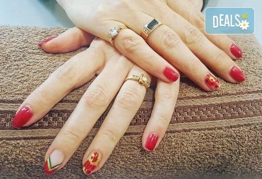 Колагенова терапия за ръце, релаксиращ масаж и дълготраен маникюр с гел лак в салон за красота Мария Везенкова! - Снимка 4