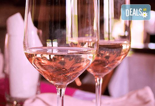 """Празничен сет """"Романтична вечеря"""" – 2 плата с 44 броя тарталети с мус от френски сирена и грозде и хайвер и маслинка, декорирани за директно сервиране, в комбинация с бутилка вино Розе! - Снимка 2"""