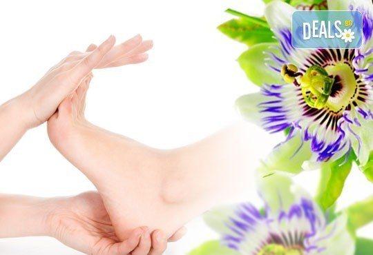 Забравете стреса и релаксирайте с арома масаж с олио от пасифлора, иланг-иланг, лавандула или розмарин и бонус: масаж на длани и ходила в студио Giro! - Снимка 2