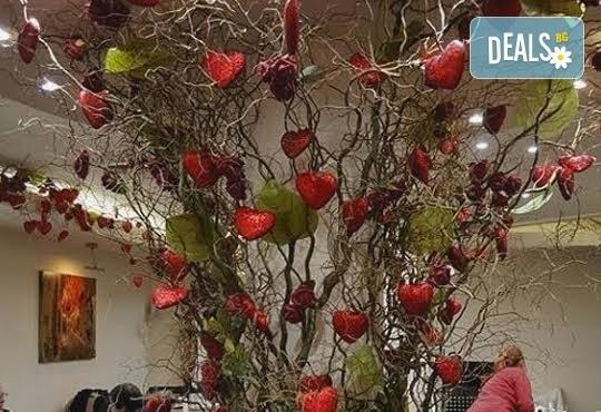 Предложение за 14-ти февруари! Празнувайте Деня на любовта и виното с четиристепенно меню и селекция напитки + концерт на Асен Масларски и Милица Божинова, DJ и томбола с награди в изискания ресторант Везна! - Снимка 4
