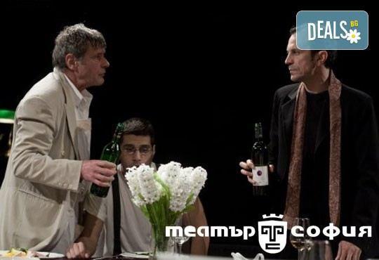 Гледайте черната комедия Покана за вечеря на 11.03. от 19ч, Камерна зала на Театър ''София'', билет за един - Снимка 1
