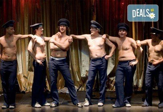 Много смях с великолепните актьори на Младежки театър! Гледайте Страхотни момчета, на 01.03. от 19ч., голяма сцена, билет за един - Снимка 1