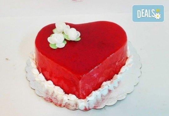 Тематична торта за Деня на вклюбените във форма на сърце с пухкав ванлов крем и плодове + надпис по избор от сладкарница Дао! - Снимка 1