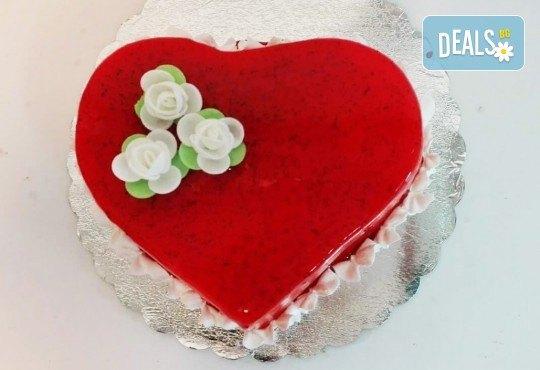 Тематична торта за Деня на вклюбените във форма на сърце с пухкав ванлов крем и плодове + надпис по избор от сладкарница Дао! - Снимка 3