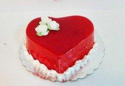 Изненада за любимия човек! Торта във формата на сърце с пухкав ванилов крем и плодове + надпис по избор от сладкарница Дао! - Снимка