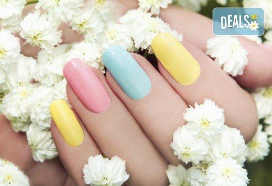 Поставяне на UV/ LED гел върху естествен нокът, маникюр с гел лак и 2 декорации в салон за красота Blush Beauty! - Снимка 1