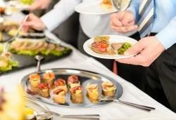 Вземете цели 140 вкусни и апетитни солени коктейлни хапки със сьомга, ементал и прошуто гауда + бонус: 30 бр. кокосови топки от H&D catering! - Снимка