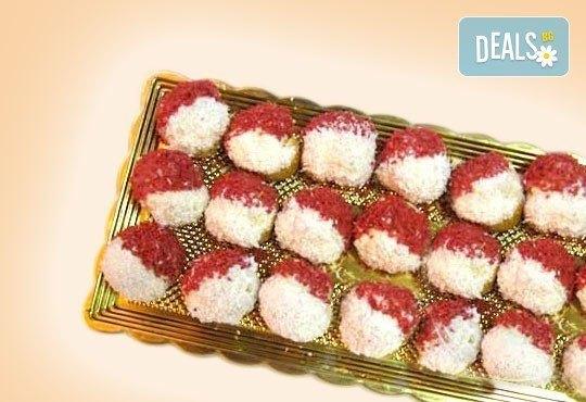 За Баба Марта! 50 бр. еклери Мартенички с баварски крем, корал червен портокал и кокос от Сладкарница Орхидея - Снимка 1