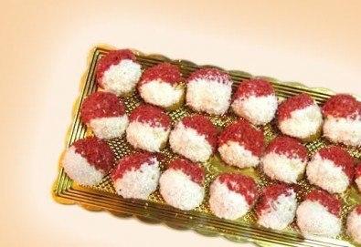 За Баба Марта! 50 бр. еклери Мартенички с баварски крем, корал червен портокал и кокос от Сладкарница Орхидея
