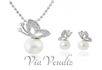 Нежност и стил! Подарете комплект колие и обеци Бътърфлай пърл от ViaVendiz с австрийски кристали и перли! - Снимка