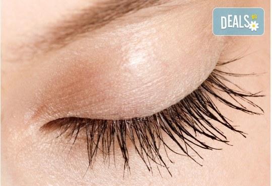 Пленяващ поглед! Сгъстяване и удължаване на мигли по метода косъм по косъм в салон за красота Queenberry! - Снимка 3