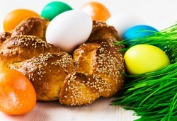 Козунак за Великден в 7 пакета със стафиди, локум, плодове, шоколад, декорация и мармалад от Работилница за кусотии Рави! - Снимка