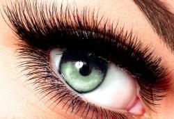Приковаващи очи! Поставяне на 3D мигли от естествен косъм в салон за красота Женско царство - Център! - Снимка