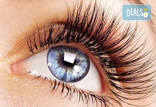 Приковаващи очи! Поставяне на 3D мигли от естествен косъм в салон за красота Женско царство - Център! - Снимка 2