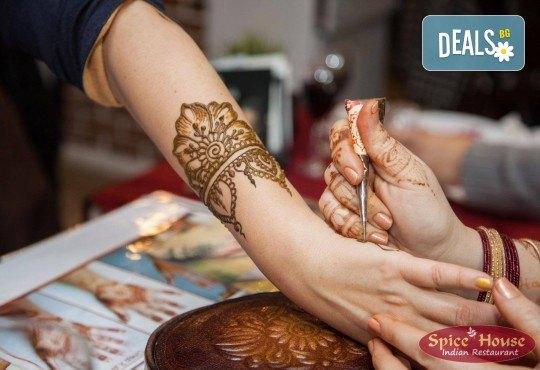 Салата и основно ястие по избор от цялото меню, чаша вино, традиционен индийски хляб и кана вода в индийски ресторант Spice House! - Снимка 8