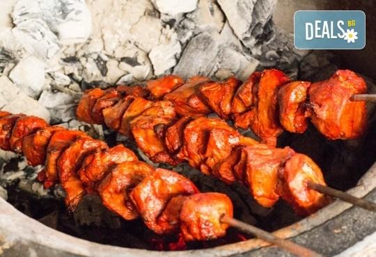 Салата и основно ястие по избор от цялото меню, чаша вино, традиционен индийски хляб и кана вода в индийски ресторант Spice House! - Снимка 4