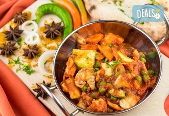 Салата и основно ястие по избор от цялото меню, чаша вино, традиционен индийски хляб и кана вода в индийски ресторант Spice House! - Снимка 1