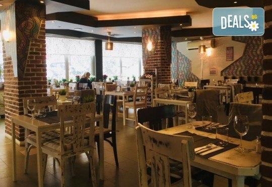 Салата и основно ястие по избор от цялото меню, чаша вино, традиционен индийски хляб и кана вода в индийски ресторант Spice House! - Снимка 7