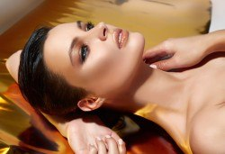 Златна терапия за лице с професионална козметика, пилинг, мануален масаж, паразониране и маска в MNJ Studio - Люлин! - Снимка