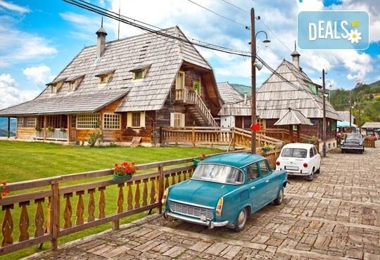Есенна екскурзия до приказния свят на Кустурица! 2 нощувки със закуски, транспорт посещение на Вишеград, Каменград и Дървенград - Снимка 1