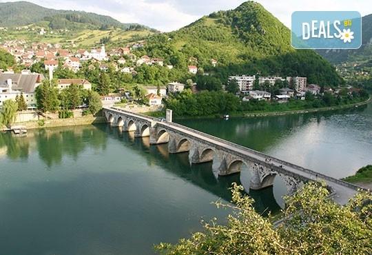 Есенна екскурзия до приказния свят на Кустурица! 2 нощувки със закуски, транспорт посещение на Вишеград, Каменград и Дървенград - Снимка 5