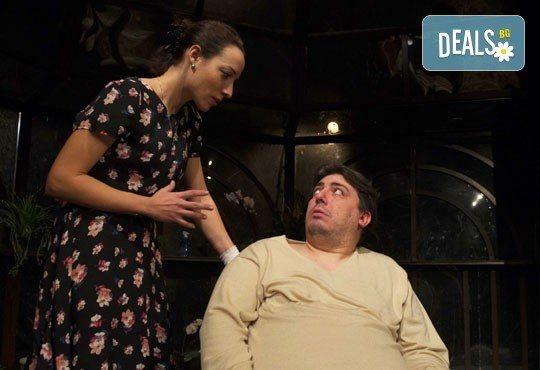 Гледайте Герасим Георгиев - Геро и Владимир Пенев в Семеен албум на 18.04. от 19 ч, в Младежки театър, 1 билет! - Снимка 1