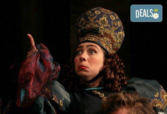 Гледайте Калин Врачански и Мария Сапунджиева в комедията Ревизор в Театър ''София'' на 18.04. от 19 ч., билет за един - Снимка 9