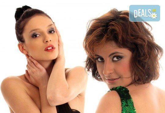 Гледайте съзвездие от любими актриси в Тирамису на 05.04. от 19 ч. в Театър София, един билет - Снимка 3