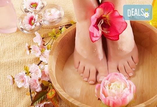 Грижа и красота за краката! Класически педикюр и премахване на кожни и нокътни малформации в салон Фиоре Мио! - Снимка 2