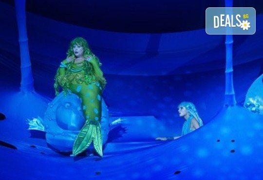 Гледайте с децата Малката морска сирена на 14.04. от 11 ч., в Театър ''София'', билет за двама! С награда Икар 2017 за сценография! - Снимка 2