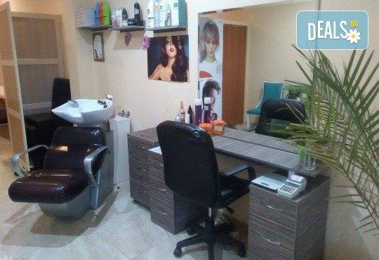 Масажно измиване с дълбоко подхранващ косата шампоан, полиране с полировчик - премахване на цъфтежите без отнемане от дължината и прав сешоар в студио за красота Jessica! - Снимка 5